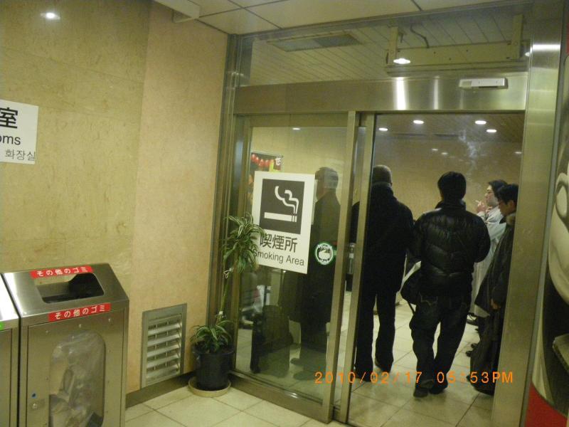 東京駅の喫煙室 珍しかったので思わず撮影しました。