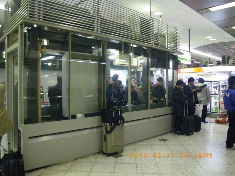 新幹線のホームにも喫煙室。これまた珍しかったので撮影しました。